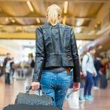 Terminale di aeroporto di camminata del viaggiatore femminile Immagini Stock