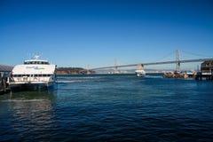 Terminale di Baylink e un traghetto ad alta velocità del catamarano Fotografie Stock Libere da Diritti