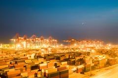 Terminale di container alla notte Immagine Stock