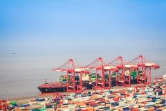 Terminale di contenitore con il fondo di commercio estero Fotografie Stock Libere da Diritti