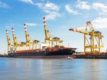 Terminale di contenitore del porto di Bremerhaven con la nave porta-container Immagini Stock