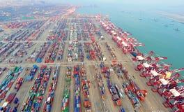 Terminale di contenitore della porta della Cina Qingdao Immagine Stock