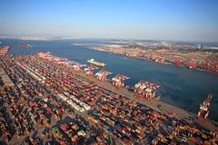 Terminale di contenitore della porta della Cina Qingdao Immagini Stock