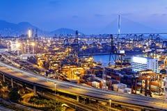 Terminale di contenitore e ponte dello scalpellino in Hong Kong Immagini Stock Libere da Diritti