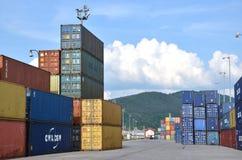 Terminale di contenitore interno in cui i contenitori di carico sono trasbordati fra il treno ed il camion Fotografie Stock Libere da Diritti