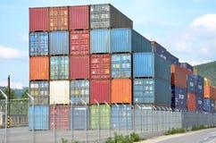 Terminale di contenitore interno in cui i contenitori di carico sono trasbordati fra il treno ed il camion Immagini Stock