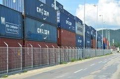 Terminale di contenitore interno in cui i contenitori di carico sono trasbordati fra il treno ed il camion Immagine Stock Libera da Diritti