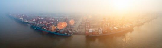 Terminale di contenitore in nebbia di mattina fotografia stock