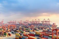 Terminale di contenitore di Shanghai al crepuscolo fotografia stock