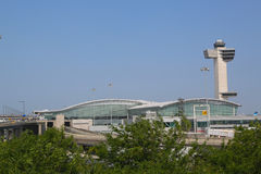 Terminale 4 di linea aerea di delta e torre di controllo del traffico aereo a John F Kennedy International Airport a New York Fotografie Stock Libere da Diritti
