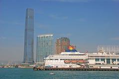 Terminale di traghetto con le crociere & Ritz Carlton Hotel della stella Immagine Stock Libera da Diritti
