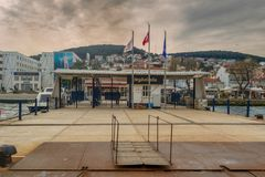 Terminale di traghetto di Heybeliada con le montagne e le case verdi sui precedenti in un giorno nuvoloso, mare di Marmara, Costa Fotografie Stock