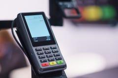 Terminale senza fili moderno per il pagamento con un touch screen Immagine Stock Libera da Diritti
