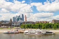 Terminalen för turist sänder på Moskvafloden Royaltyfri Foto