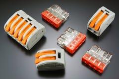 Terminaler för att förbinda elektriska trådar Arkivfoto