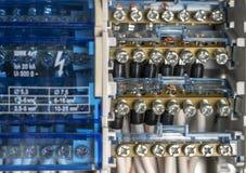 Terminales, contactos, cableado de los disyuntores en la centralita telefónica eléctrica que proporciona una fuente segura de ele fotos de archivo