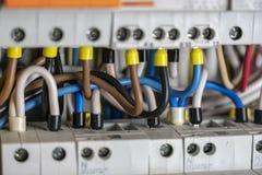 Terminales, contactos, cableado de los disyuntores en la centralita telefónica eléctrica que proporciona una fuente segura de ele fotos de archivo libres de regalías