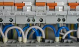 Terminales, contactos, cableado de los disyuntores en la centralita telefónica eléctrica que proporciona una fuente segura de ele imagenes de archivo