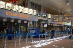 Terminalhalle internationalen Flughafens Krakau-Balice John Pauls II feierte seinen 50. Jahrestag Stockbilder