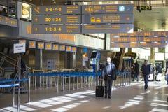 Terminalhalle internationalen Flughafens Krakau-Balice John Pauls II feierte seinen 50. Jahrestag Lizenzfreies Stockfoto