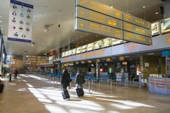 Terminalhalle internationalen Flughafens Krakau-Balice John Pauls II feierte seinen 50. Jahrestag Lizenzfreie Stockfotografie