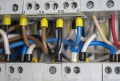 Terminali, contatti, collegamenti degli interruttori in centralino elettrico che fornisce un rifornimento sicuro di elettricità immagine stock libera da diritti