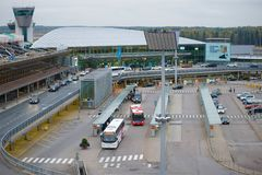 Terminalt2 internationalen Flughafens Vantaas an einem bewölkten Oktober-Tag, Helsinki Lizenzfreie Stockbilder