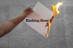 Terminando logo o texto em papel ardente imagens de stock royalty free