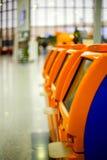 Terminaux pour l'enregistrement auto- se tenant dans la rangée à l'aéroport Photographie stock