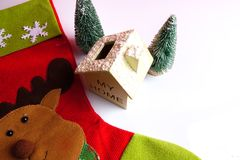 Termine el concepto global del día de fiesta del año con los coches, el árbol de navidad y el pequeño hogar Celebración del día d Fotos de archivo