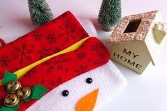 Termine el concepto global del día de fiesta del año con los coches, el árbol de navidad y el pequeño hogar Celebración del día d Imagen de archivo