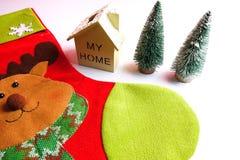 Termine el concepto global del día de fiesta del año con los coches, el árbol de navidad y el pequeño hogar Celebración del día d Imágenes de archivo libres de regalías