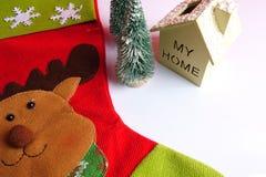 Termine el concepto global del día de fiesta del año con los coches, el árbol de navidad y el pequeño hogar Celebración del día d Foto de archivo libre de regalías