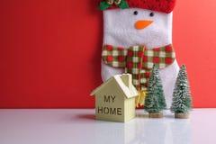 Termine el concepto global del día de fiesta del año con los coches, el árbol de navidad y el pequeño hogar Celebración del día d Imagen de archivo libre de regalías