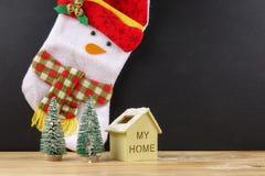 Termine el concepto global del día de fiesta del año con los coches, el árbol de navidad y el pequeño hogar Celebración del día d Fotografía de archivo
