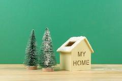 Termine el concepto global del día de fiesta del año con los coches, el árbol de navidad y el pequeño hogar Celebración del día d Fotografía de archivo libre de regalías