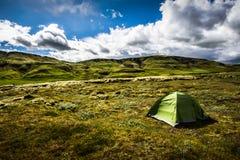Termine a liberdade Acampamento no musgo islandês da lava imagens de stock royalty free