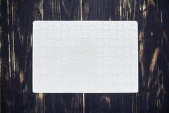 Termine o enigma na mesa de madeira escura Fotos de Stock
