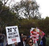 Termine o racismo agora, boa vinda do ` t de NY Doesn você, Washington Square Park, NYC, NY, EUA Fotos de Stock Royalty Free