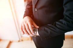 Termine, uomo d'affari che esaminano orologio, investitore, gestione di tempo, costume del capo o vestito, vestito corporativo da Fotografia Stock Libera da Diritti