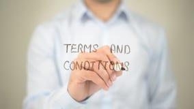 Termini e condizioni generali, scrittura dell'uomo sullo schermo trasparente Fotografia Stock