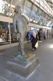 Terminus de bus d'autorité portuaire (PABT), statue de Jackie Gleason comme chauffeur de bus Ralph Kramden Images libres de droits