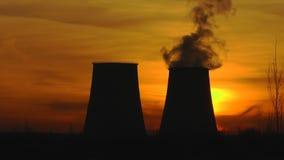Termisk kraftverk i gryningstrålar arkivfilmer