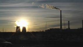 Termisk kraftverk i gryningstrålar stock video