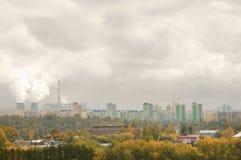 Termisk kraftverk i staden i hösten och smogen luften arkivbild