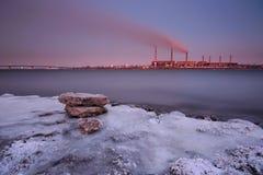 Termisk kraftverk i vinter Arkivfoton