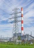 Termisk kraftverk och hög spänningsmaktpylon Royaltyfri Bild
