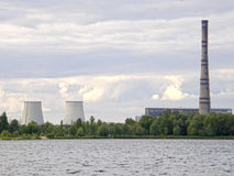 Termisk kraftverk på kusten av sjön Almaznoe kiev Arkivfoto