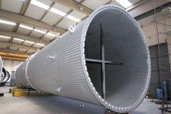 Termisk kraftverk som kyler lampglasproduktion Arkivbild