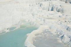 Termiska vårar av Pamukkale med terrasser och naturlig tips royaltyfri foto